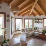Casaviva: particolari interni, soggiorno copertura legno
