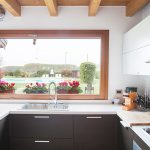 Casaviva: particolari interni, cucina con vista su piscina