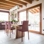 Casaviva: particolari interni, sala da pranzo con tavolo in legno