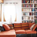 Casaviva: particolari interni, soggiorno con libreria