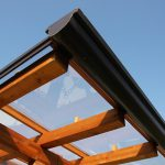 Casaviva: particolari esterni, copertura in legno e vetro plexiglass carbonato trasparente